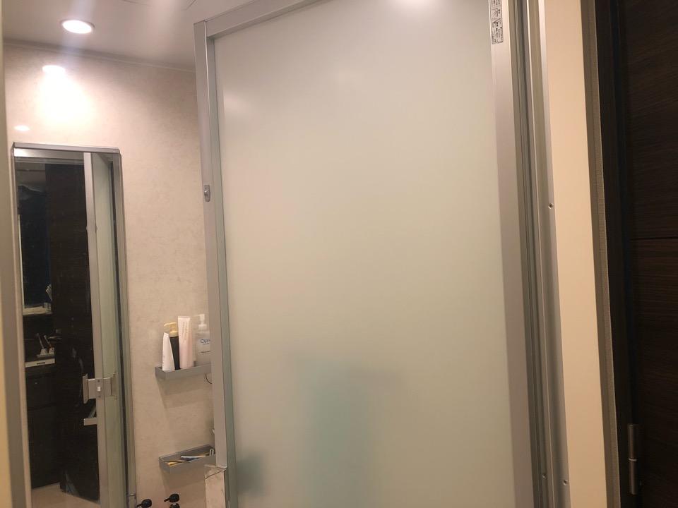浴室の強化ガラス扉(不透明)