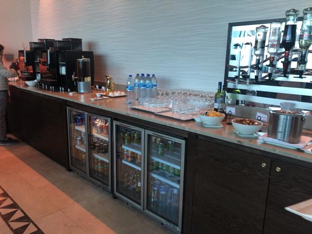 ドバイ航空のラウンジのジュースとアルコール