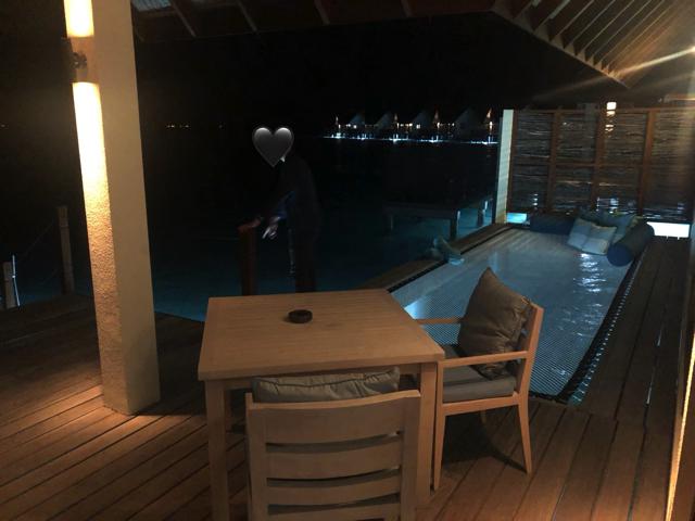 フォーシーズンズリゾートモルディブ アット ランダーギラーヴァルの水上ヴィラ(サンセット)