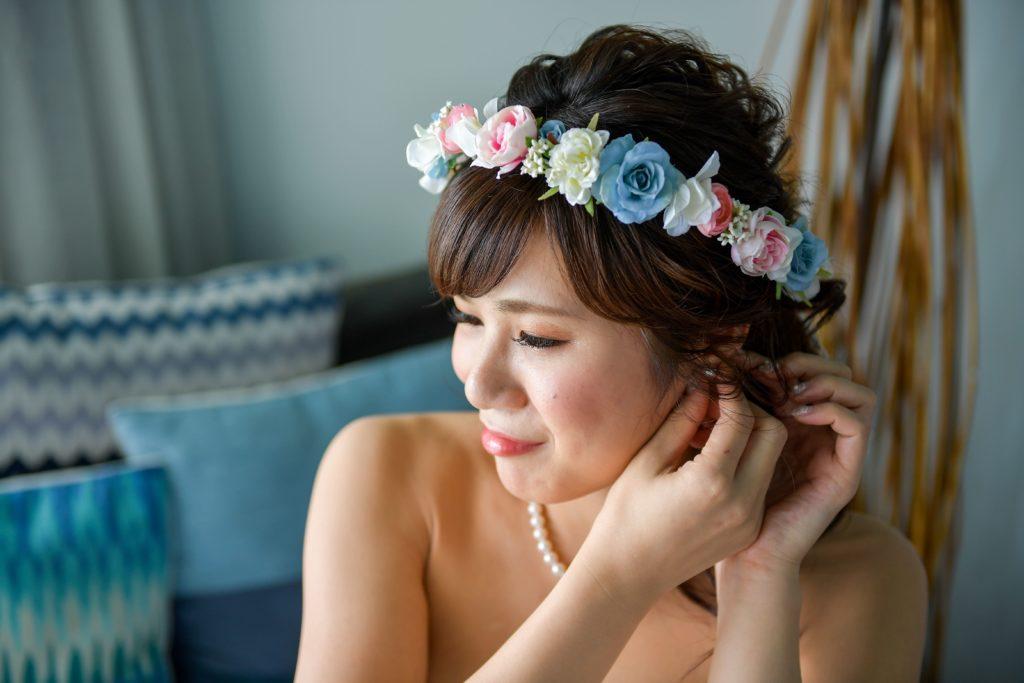 ピアスを付ける花嫁のフリー写真素材