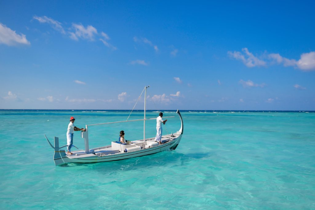 小舟に乗る新郎新婦のフリー写真素材