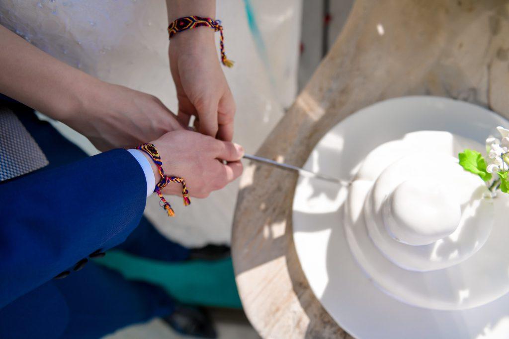 ケーキ入刀する新郎新婦のフリー写真素材