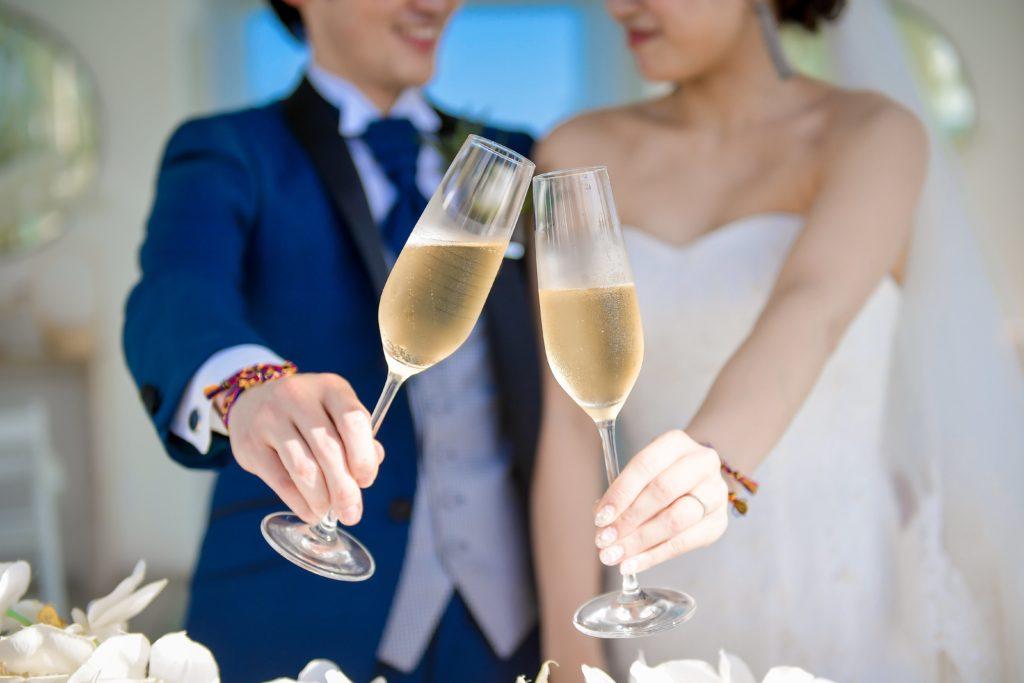 乾杯する新郎新婦のフリー写真素材