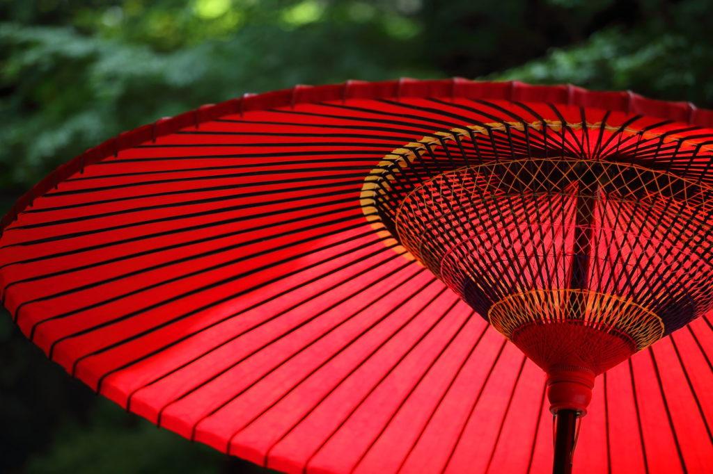 赤い日傘のフリー素材