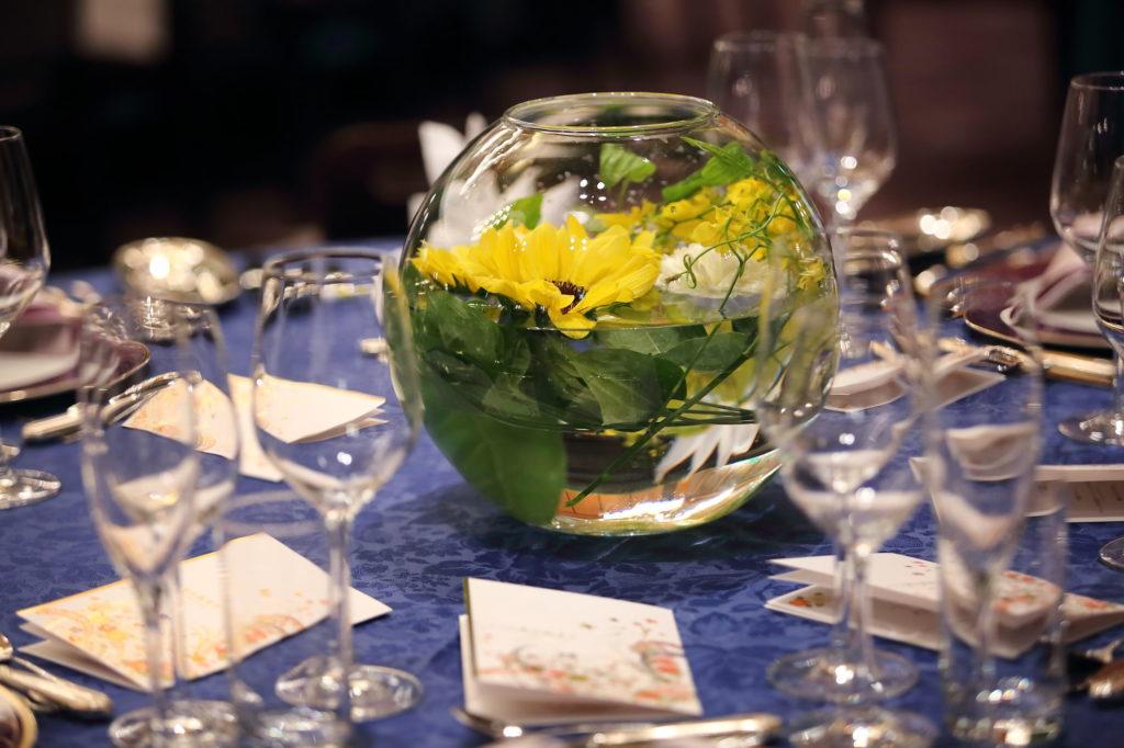 円卓テーブルの装花のフリー素材