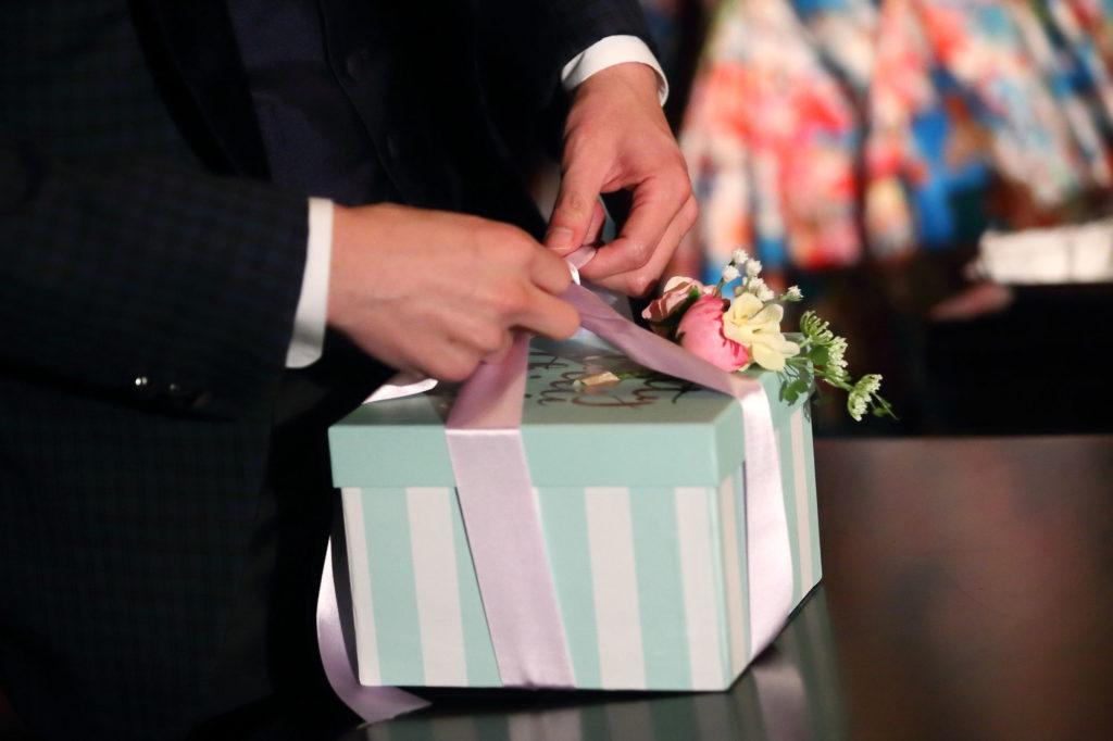 プレゼントボックスを開ける のフリー写真素材新婦