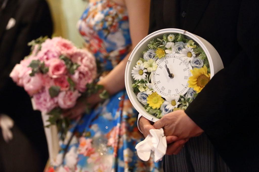 贈呈品を持つ父親とブーケを持つ花嫁のフリー写真素材